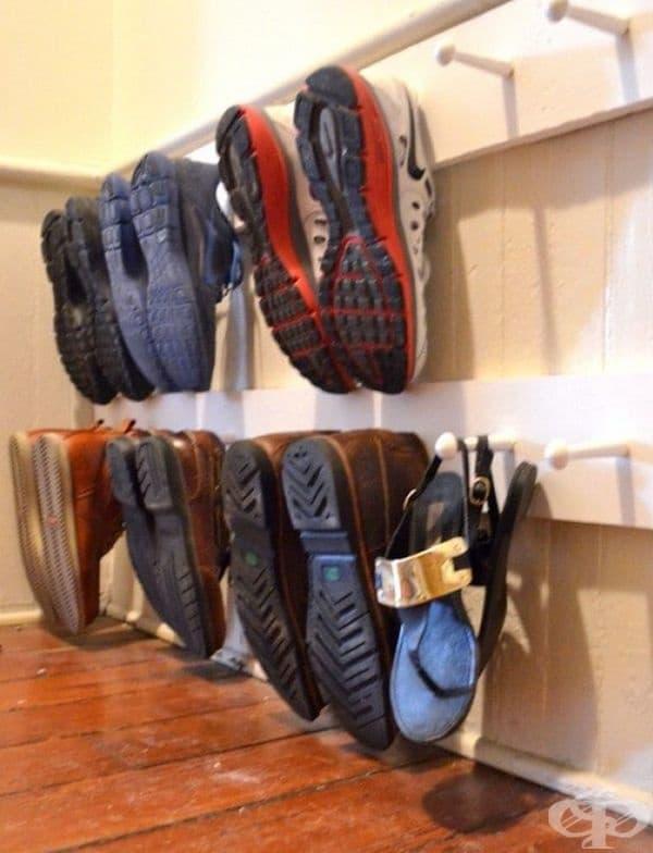 Закачалка вместо рафтове за обувки.