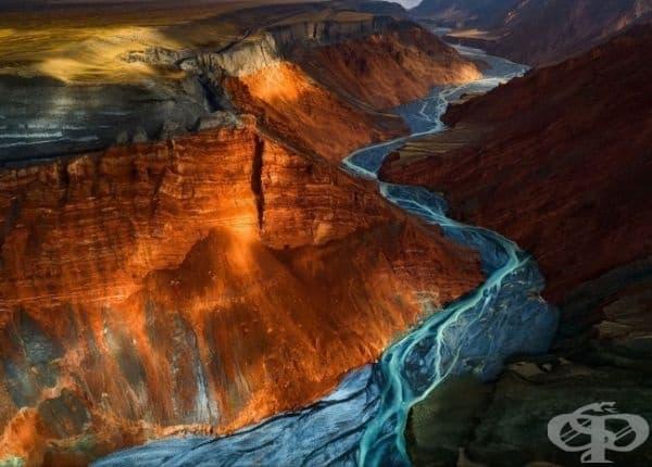 Слънцето огрява част от Гранд Каньон Душанци, Китай.