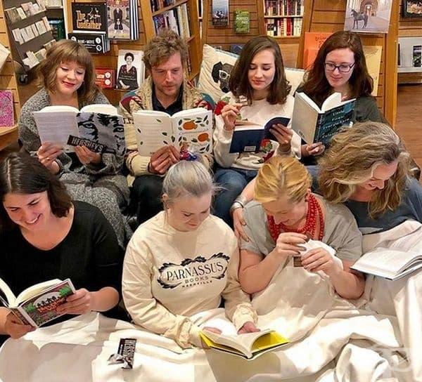 Коледно четене, Исландия. Това е страната, където четето и писането е начин на живот. Традицията по Коледа повелява взаимно подаряване на книги и съвместно четене, подкрепено с вкусен шоколад.