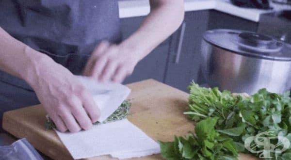 Съхранявайте билките във влажна хартиена салфетка и найлонова торбичка, за да ги запазите свежи, зелени и ароматни. Зелената салата е добре да се увие в суха хартиена кърпа, за да попиете излишната влага, която я прави влажна.