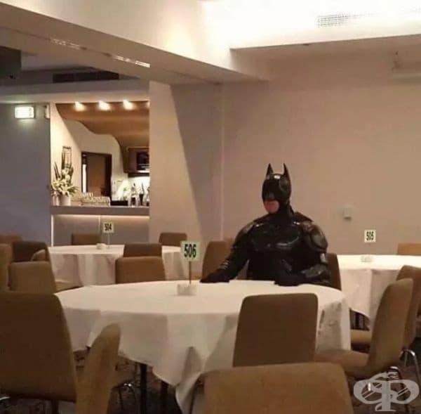 Нищо специално. Просто Батман решава да вечеря.