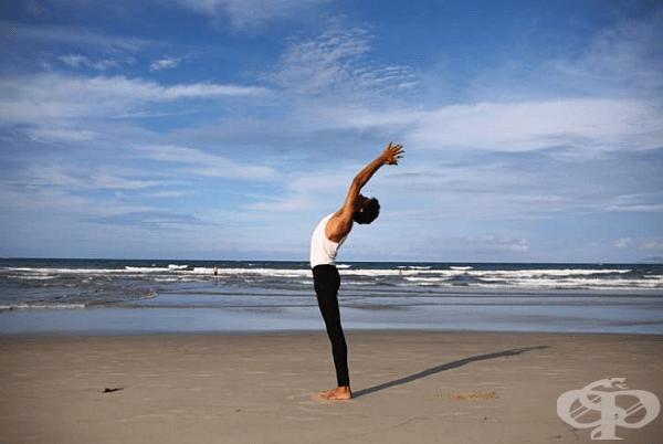 Изправен гръб, събрани крака със стъпала плътно на пода. Повдигайте петите, без да отделяте стъпалата от пода. Повторете упражнението 40 пъти.