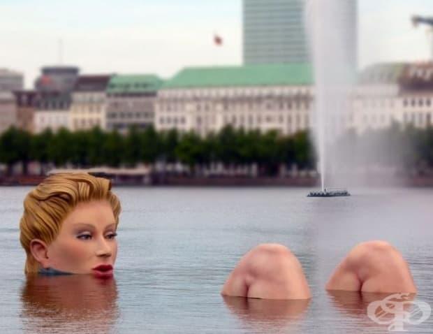 """Тази гигантска статуя е наистина впечатляваща. Тя е наречена """"Ваната"""" и е създадена от Оливър Вос. Представена е на обществото на 13 август 2011 г. (Местоположение: Езеро Биненалстер, Хамбург, Германия.)"""