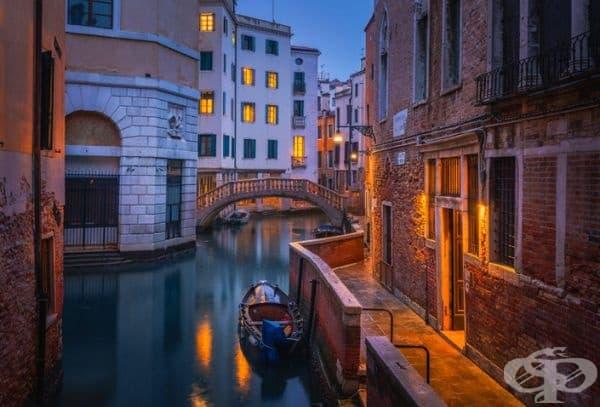 Синият час във Венеция е магически.