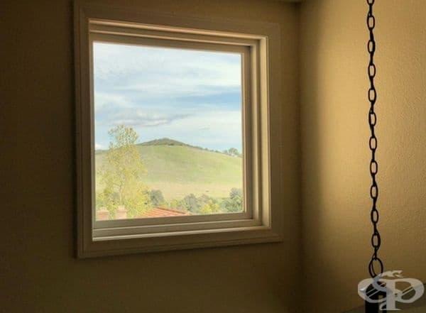 Този прозорец прилича на окачена картина.