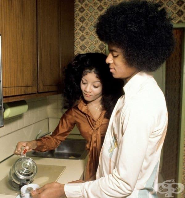 Майкъл Джексън и сестра му Латоя правят чай.