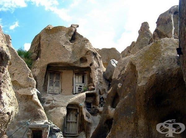 Скални домове в Иран.