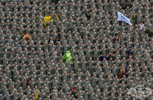 Отдаване на почести по време на националния химн пред НАСС (Национална асоциация за студентски спорт) - футболен мач между армията и Станфорд.
