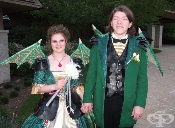 """Те спечелиха """"Най-добре облечена двойка на бала""""."""