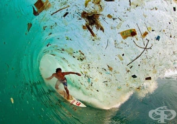 Индонезийски сърфист покорява вълна.