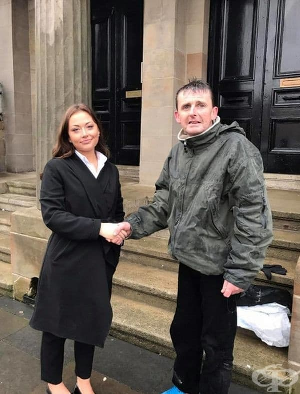 Бездомният Джеймс Джон Макгоуун е стоял няколко часа в дъжда, за да опази дамска чанта, оставена в отворена кола. След това се е свързал с полицията.