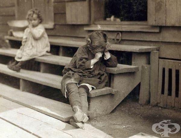 """5-годишното момиче отказва да бъде снимано, защото е уморено след целия ден събиране на скариди. По думите на майка му: """"То просто е грозно"""", Мисисипи, 1911 г."""
