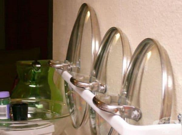 Използвайте малка тръба или подобна част за съхранение на капаци от тенджери.