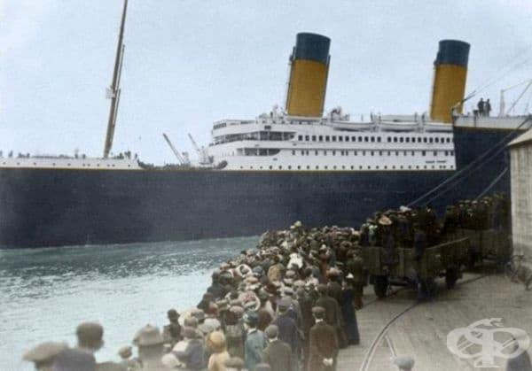 Хора се качват на Титаник, 1912.