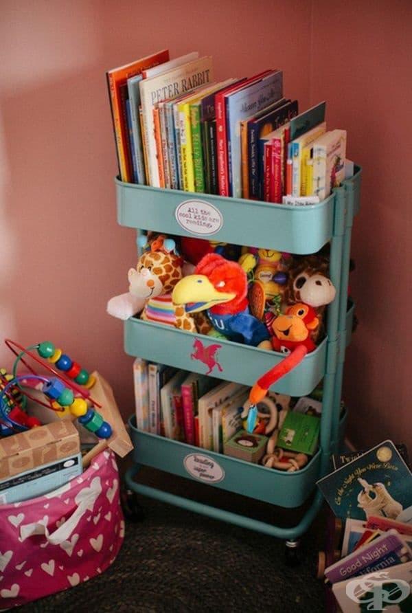 Място за книжки и играчки.