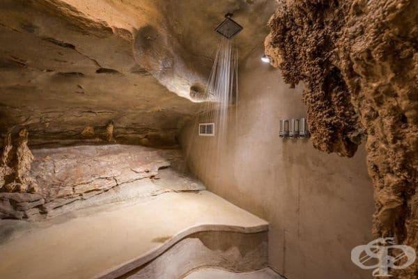 Скалните стени и покривните дъждовни душове предлагат подобно на водопад преживяване.