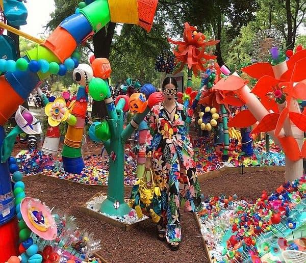 Цветен парк от 3 тона пластмасови отпадъци