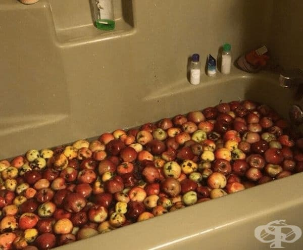 Измиване на ябълки.