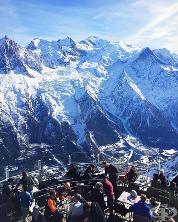 """Ресторант Le Panoramic, Франция. Отличителна характеристика е изгледът на 360 градуса, разкриващ """"Мон Блан""""."""