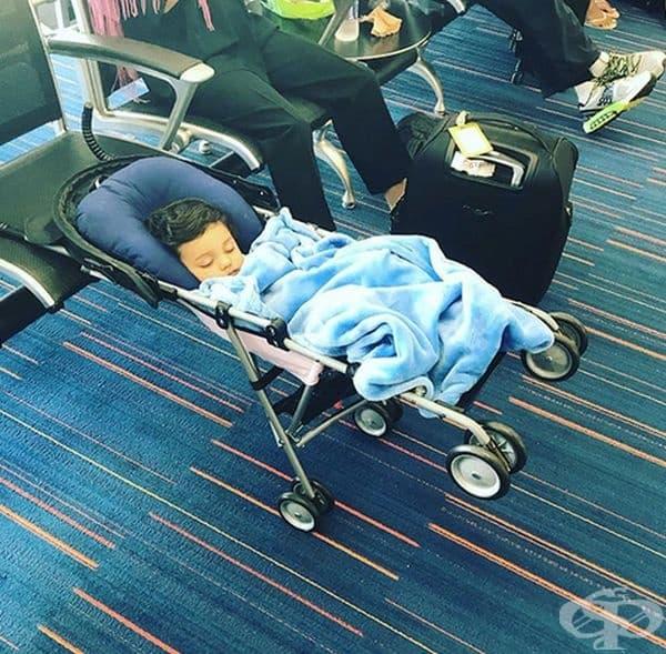 По този начин може да спи удобно до следващия полет.