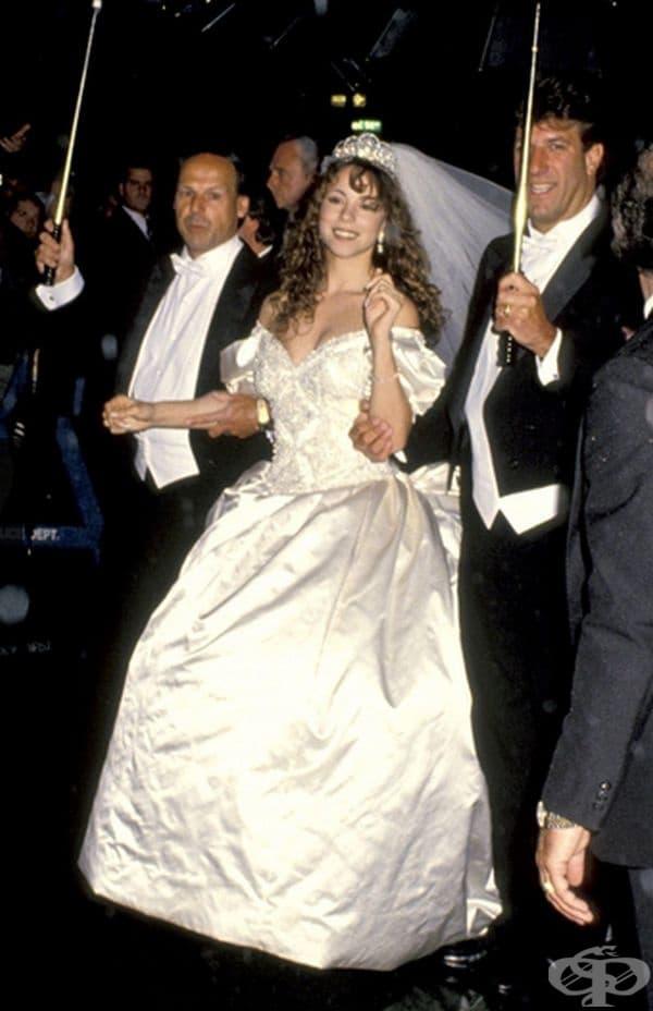 Марая Кери, 1993г. С пищна сватба на 5 юни 1993 г. певицата Марая Кери се омъжи за Томи Мотола от Sony Music. Те беше облечена в огромна рокля на Вера Уанг от 25 000 долара с 8-метров воал.