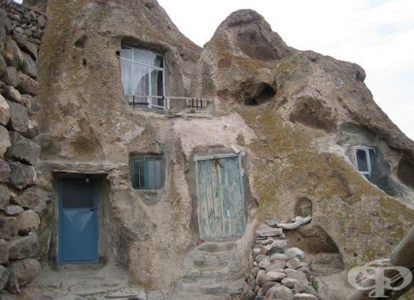 Това са скални къщи, които се отдават под наем на туристи.