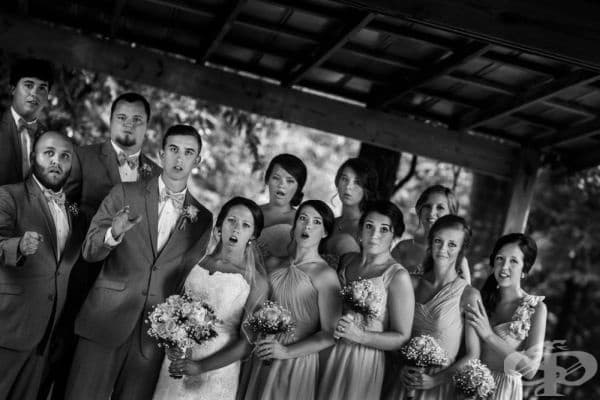 Фотографът падна по време на заснемането и случайно улови забележителна сватбена снимка.