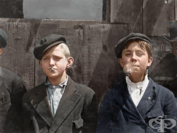 Продавачи на вестници почиват за цигара, 1910г (оцветяването е   добавено впоследствие).