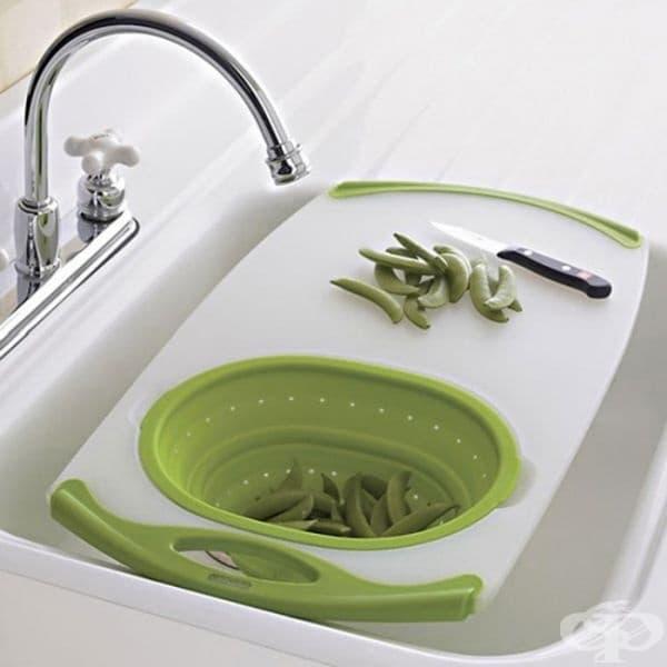 Дъска за рязане върху мивката- за едновременно рязане, миене и отцеждане на плодовете и зеленчуците.