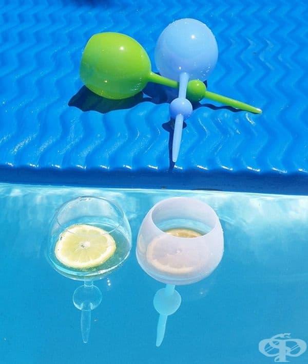 Чаши за вино, поднесени във вода.