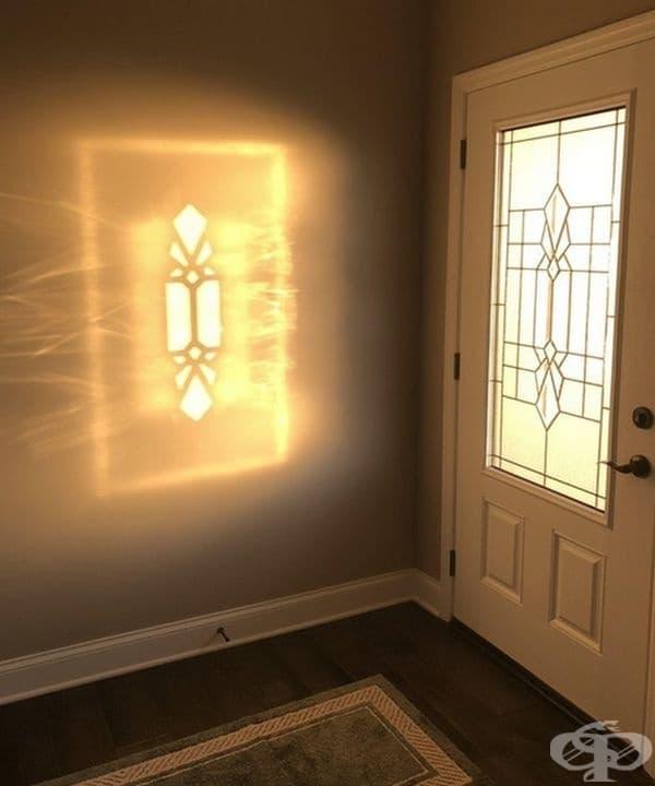 Отражение на входната врата рано сутринта.
