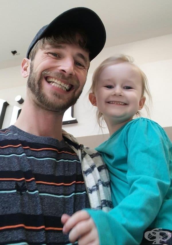 """""""Бившата ми съпруга е крила за съществуването на дъщеря ми цели 2 години. Вчера, след 696 дни раздяла, направих първата ни обща снимка."""""""