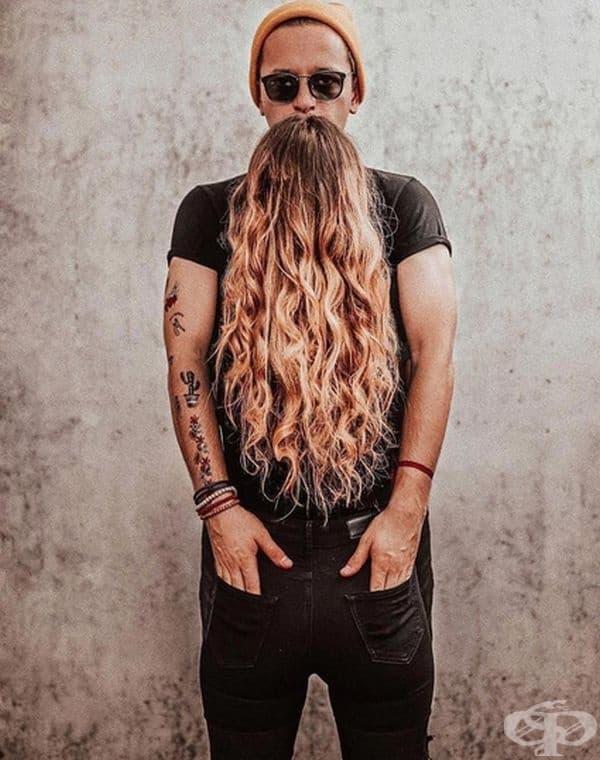 Вгледайте се добре, защото брадата на мъжа не е истинска.