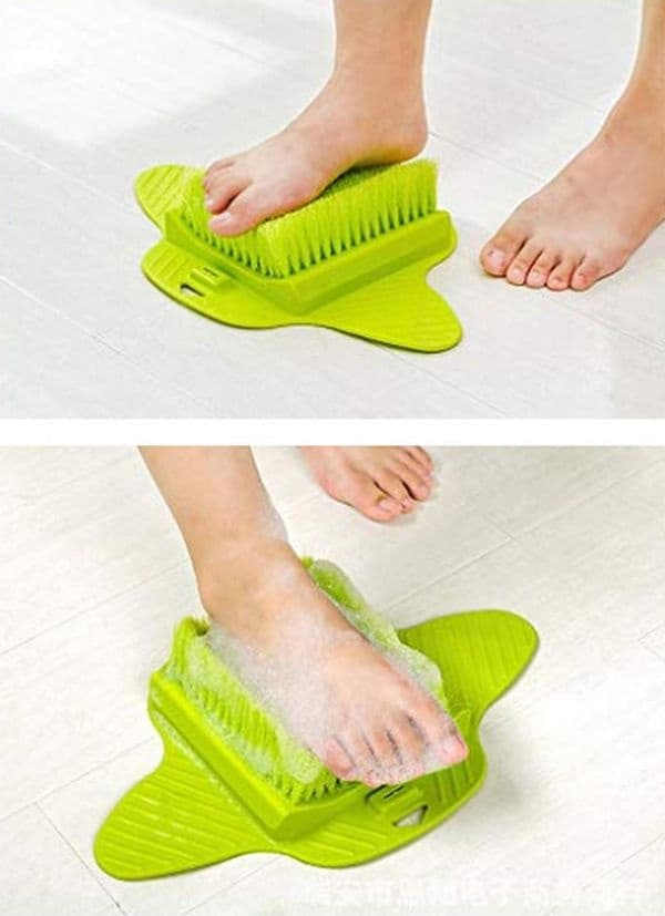 Почистете краката си, без да се навеждате.