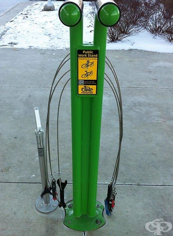 Специална инсталация за велосипеди, която предлага инструменти за ремонт и QR код за справка за общото състояние на колелото.