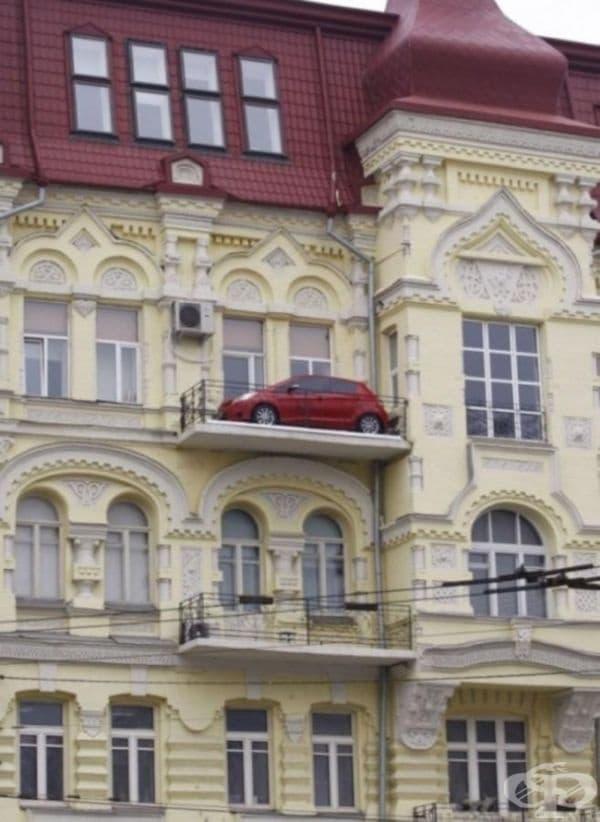 Пред къщата нямаше място за паркиране.
