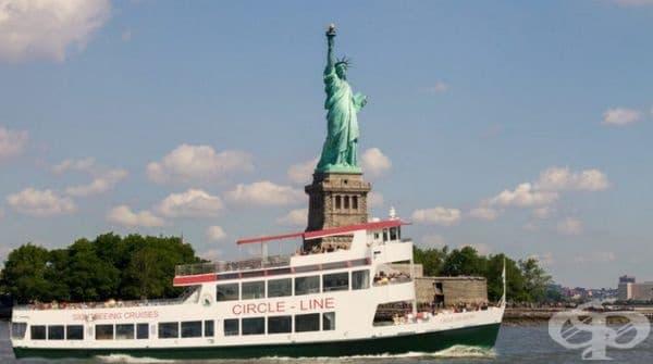 Статуята на свободата в Ню Йорк. Всъщност тя не изглежда толкова голяма, колкото е представена на снимката. Там също трудно ще се разминете с огромната тълпа от хора с различна националност.