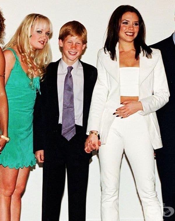 Принц Хари държи за ръка Виктория Адамс (Бекъм) през 1997-та година.