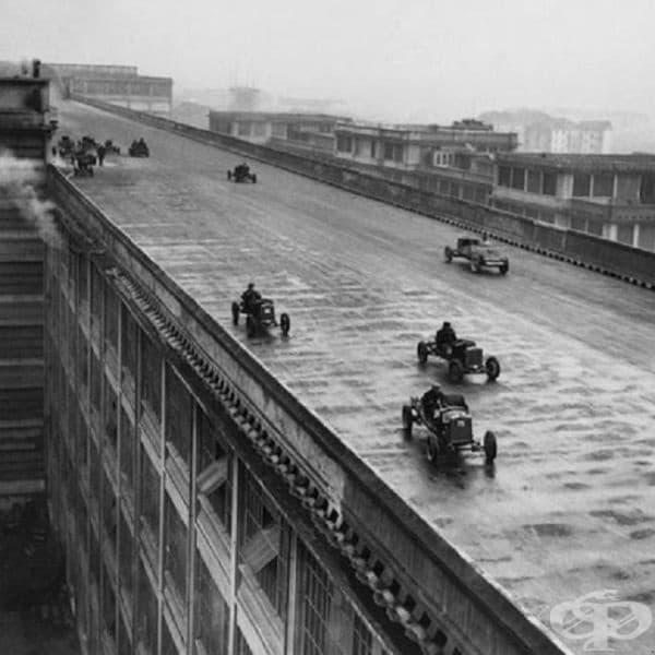 """Работници на компания """"Fiat"""" взимат участие в състезание на покрива на първата фабрика в Торино, Италия, 1923г."""
