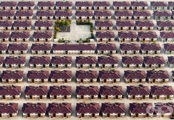 Редица идентични къщи с детска площадка в средата, Дзянсу, Китай.