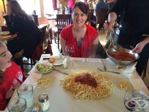 В този ресторант спагетите се сервират директно на масата.
