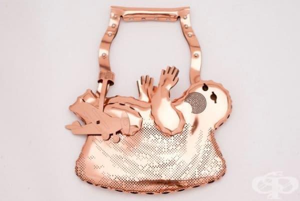 Дамска чанта във вид на бебе. Тактичен намек.