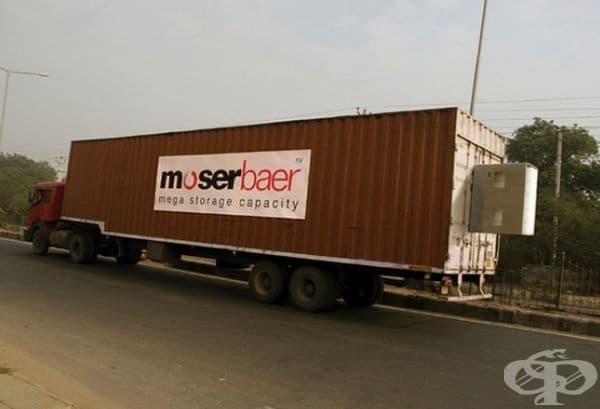 Една огромна реклама на Moser Baer!