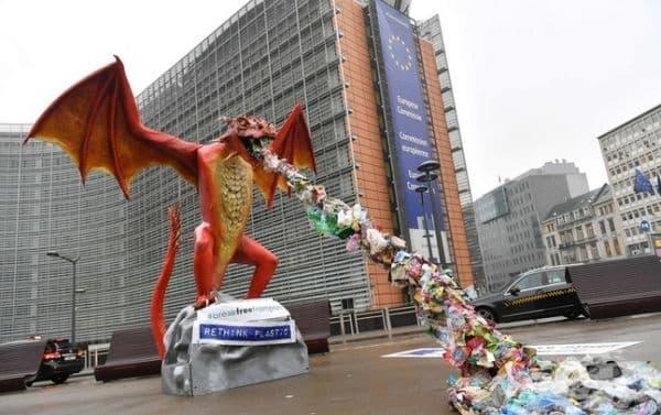В Брюксел пред Европейската комисия е поставена статуя, изобразяваща дракон бълващ пластмаса, призоваващ да се прекрати употребата на пластмаса за еднократна употреба.
