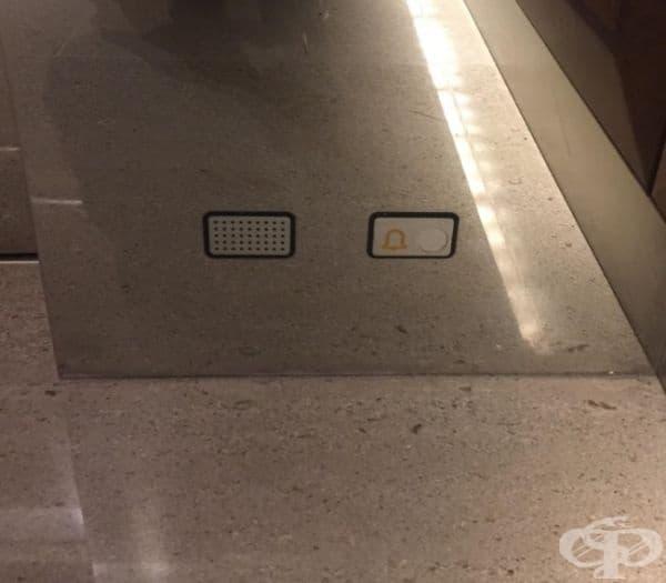 Асансьор, който има бутон за аларма в близост до пода, в случай че не може да се изправите.