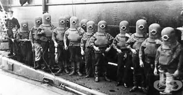 Екипажът на подводница във водолазни костюми, 1908... Да ви напомня на някого?