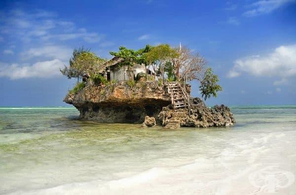 Ресторант The Rock Restaurant, Занзибар. Той е разположен буквално върху скала в Индийския океан.