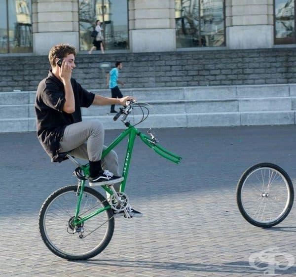 Този човек изглежда супер спокоен. Дали знае, че едното колело е изчезнало?