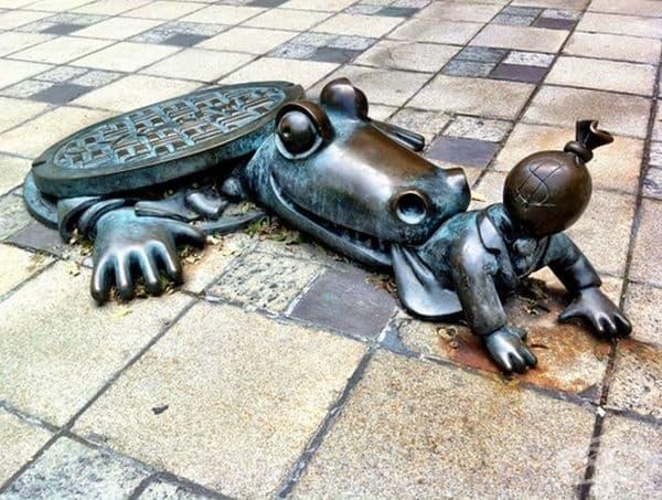 """""""Гладен алигатор"""", Бруклин. Тази скулптура става прекалено реална, като се има предвид, че алигаторите са открити в канализационната система на Ню Йорк."""