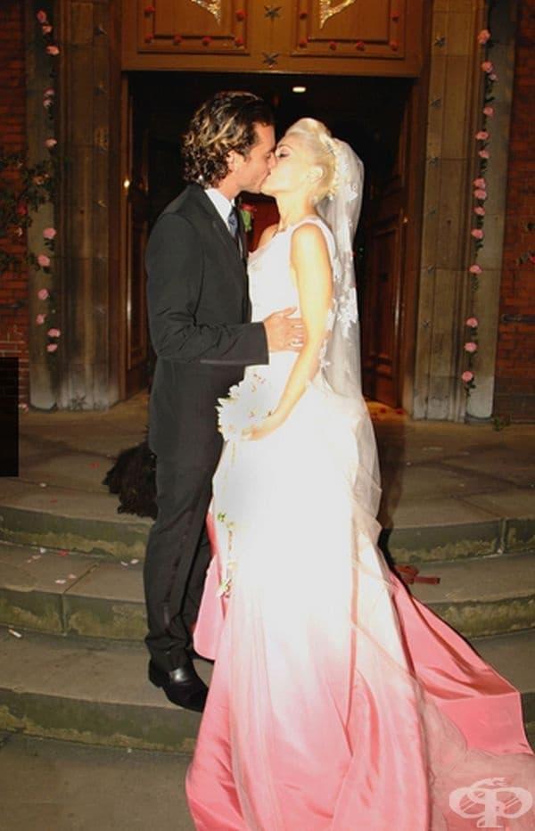 Гуен Стефани, 2002г. Певицата се омъжи за Гавин Росдейл в бяла буйна рокля с розов нюанс в края. дизайнът е на Кристиан Диор.